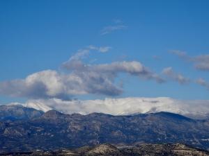 Idag är bergen insvepta i dimma och väderomslaget har tärt på snön.